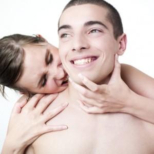 jeunes femme et homme s'embrassant dans le cou