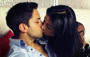 beau couple s' embrassant