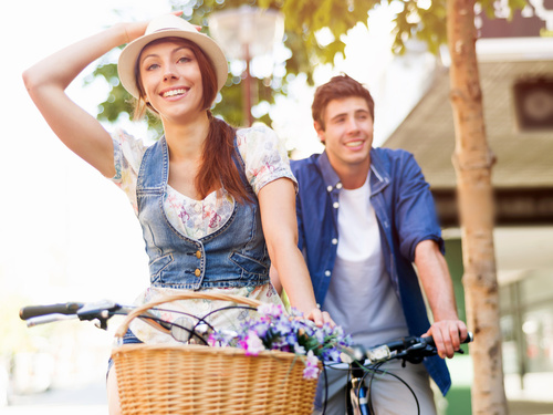 novios montando en bicicleta, son la pareja perfecta.